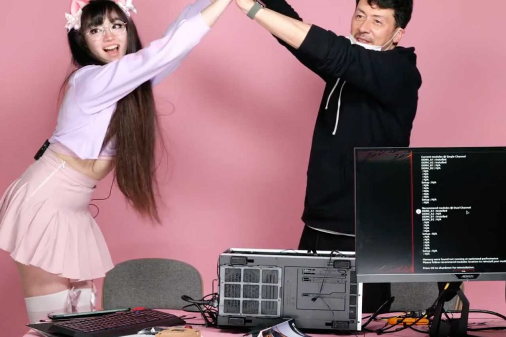 PCが起動して喜ぶサリナと桐島ローランド
